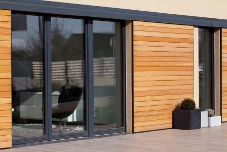 Les grandes ouvertures de la maison passive Alliance lui apporte la luminosité et un maximum de la chaleur du soleil, moyen de chauffage gratuit et durable!