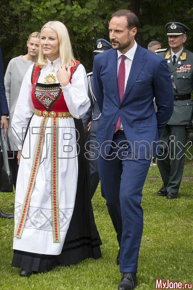 Члены королевской семьи Норвегии и садовая вечеринка 13 июня 2017 года: Группа В некотором царстве-государстве...