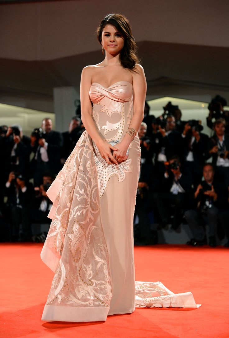 Fue la gran elogiada de la gala del Festival de Venecia en 2012 con una pieza de autor corte corazón de la boutique de lujo Versace