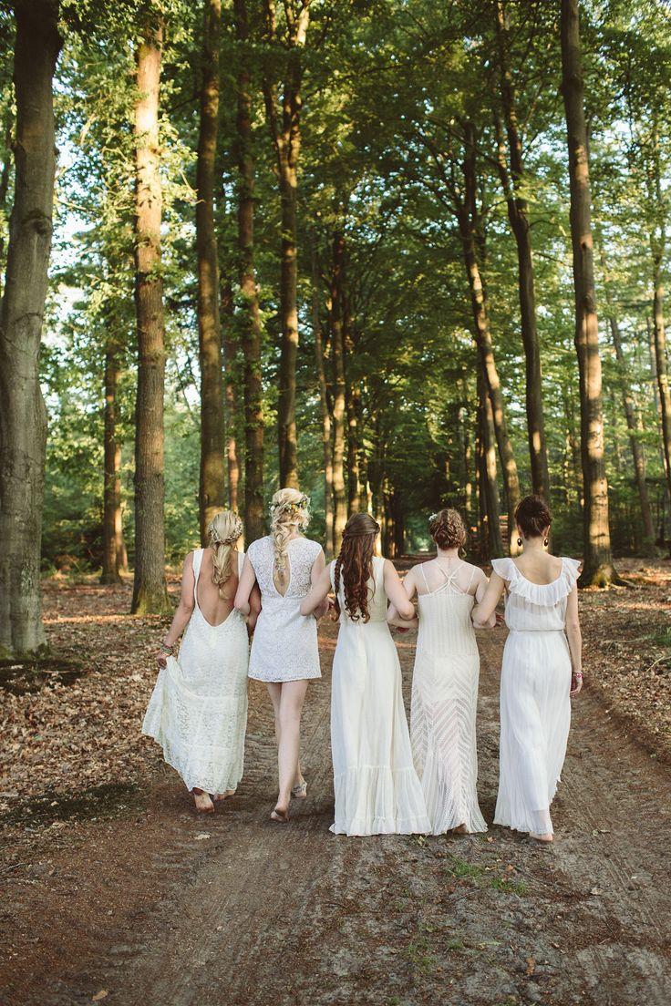 Bruiloft Groepsfoto idee voor bruidsmeisjes en vriendinnen. Bohemian bruiloft. Blote voeten. Bohemian trouwjurk. @nailiay @namanamavintage