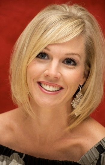 Jennie Garth is gorgeous - someday I will try a bob, I know it.