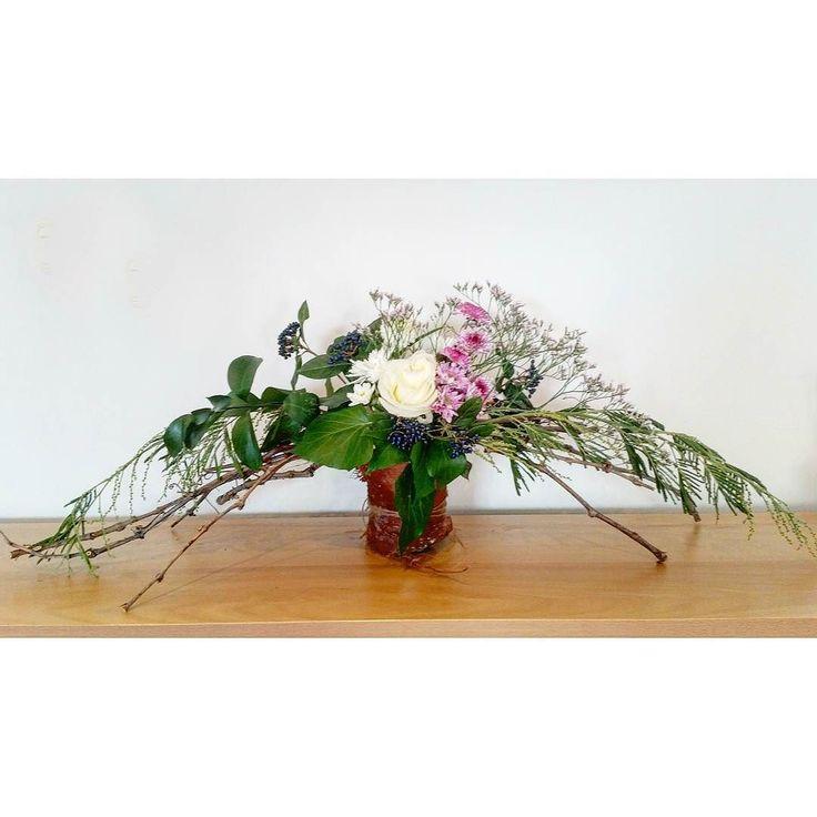 Tímidamente me asomo para compartir mi primera composición libre de flores . Que lindo es ese estilo natural  ese toque silvestre y desenfadado que me encanta de muchos floristas... pero que tremendamente difícil es conseguirlo!!!! Me queda mucho por aprender pero estoy muy entusiasmada!  #enelbosqueflorece . . . .  #flowers #flores #flower #flor #naturaleza #deco #decoracion #diseñointerior  #diseñodeinteriores #interiorismo