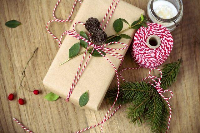 Carta regalo natalizia fai da te: come realizzarla con il riciclo creativo