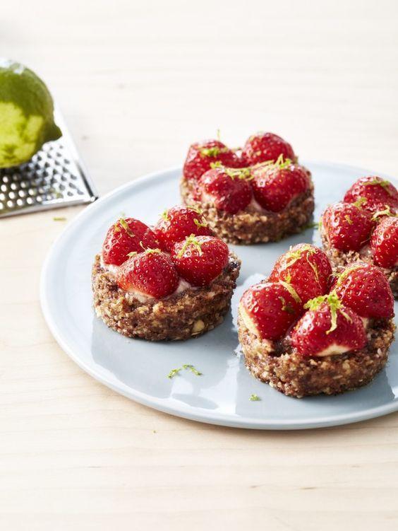 Rauwe taartjes van amandelen met aardbeien