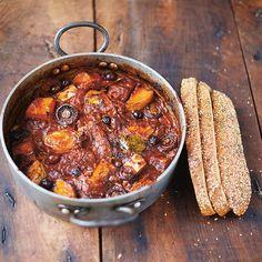 Cacciatore van kip, pompoen en champignon recept  4 personen • 2 plakjes gerookte pancetta • 2 takjes verse rozemarijn • 2 verse laurierblaadjes • 4 tenen knoflook, gepeld, in plakjes • 1 ui, gepeld, in 8 partjes • 1 prei, in plakjes • ½ flespompoen of zoete aardappel (à 600 g), ongeschild, in stukjes • 100 g kastanjechampignons • 2 blikjes gepelde tomaten (à 400 g) • 250 ml chianti of andere rode wijn • 4 kippendijen, met bot • 8 zwarte olijven (met pit) • 200 g volkorenbrood, met zaadjes