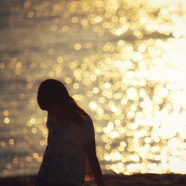 【sa_smile_no】さんのInstagramをピンしています。 《❁︎❁︎❁︎ ・ ・ ・ 一つ一つを思い出そうとしても なんだかフワリ霧がかかったみたい  それでも覚えてる その時もらった言葉とか キラキラ眩しかったあの瞬間とか ・ ・ 七色の迷路/ミソッカス ・ ・ ・ ・ 海pic再び♡ 昨日までなにごともなかったのに 今日から急にわたくしに秋花粉到来( ´⚰︎` ) 匂いがわからない 彼さまにあってもクンクンできなーい ( ˙-˙ )絶望感 ・ ・ ・ 風邪じゃないよね、これ、、 #海#sea#水晶浜#福井県 #思い出#photo #カメラ女子#玉ボケ #ファインダー越しの私の世界 #邦楽ロック#邦ロック》
