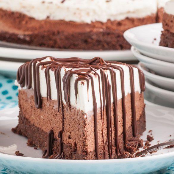 """Un desert fin si delicios cu care vei cuceri inimile tuturor! Iata cum faci minunatia asta: """"Sarut de Ciocolata"""". INGREDIENTE: Primul blat…"""