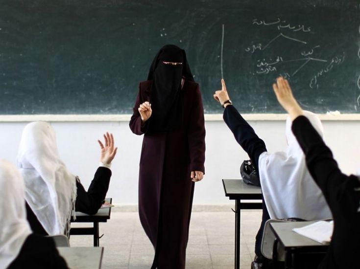 La loi interdisant la mixité à l'école à partir de l'âge de 9 ans est entrée en vigueur le 31 mars dans la bande de Gaza, contrôlée par le Hamas. Les jeunes filles doivent en outre revêtir de longues robes et couvrir leur tête d'un foulard, comme on peut le constater sur cette photo prise le 2 avril. (AFP PHOTO/MAHMUD HAMS)