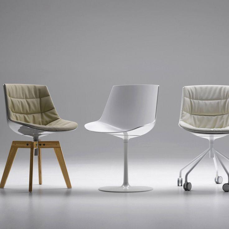 Une chaise de bureau pivotante avec roulette, un pied central ou pieds en bois avec assise en tissu ou en plastique.