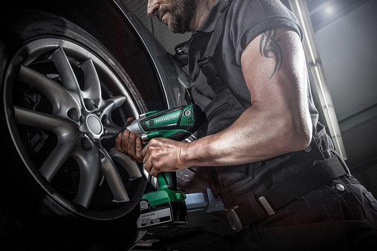 Avvitatore ad impulsi WR18DSHL 18 V - 5 Ah. Eroga un'elevata coppia di serraggio pari a 480 Nm, perfetto per l'industria automobilistica. #hitachipowertoolsitalia #hitachi #harnessthepower #power #worker #officina #garage #bulloni #gomme #auto
