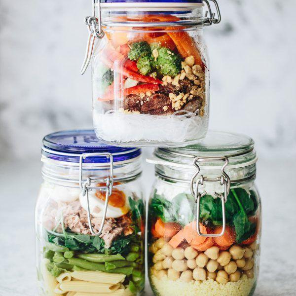 Nagyon jó dolog otthonról vinni magunkkal ez ebédet és még jobb, ha olyat készítünk, amit nem kell az irodai mikróban melegíteni. A saláta tud ilyen műfaj lenni, ha pár alapszabályt betartunk. Most ebben segítünk.