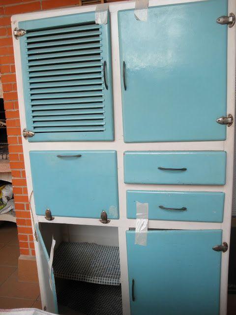 Mónica me ha pedido consejo para recuperar este mueble de cocina de los años 60 que ha encontrado en un almacén , la esencia de estos mue...