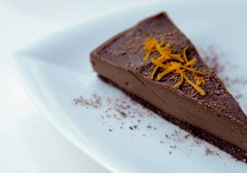 E' proprio vero che il cioccolato influenza positivamente il nostro umore, e allora chissà che salti farai quando assaggerai questa delizia di pasticceria crudista! Sto scherzando, ovviamente, oggi vedremo di preparare un fantastico dolce al cioccolato in un quarto d'ora circa, un ricco e goloso dessert per saziare la tua voglia quotidiana di cacao.Oggi lo …