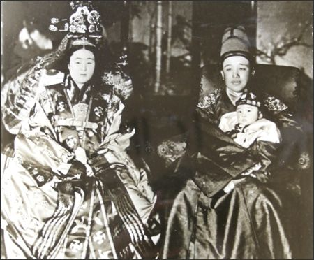 King Yeongchin, right, clad in ``gollyongpo'' or formal attire, and his wife Princess Nashimotonomiya Masako, who took the name Yi Bang-ja a...