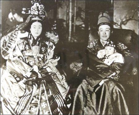 King Yeongchin, right, clad in ``gollyongpo'' or formal attire, and his wife Princess Nashimotonomiya Masako, who took the name Yi Bang-ja a...