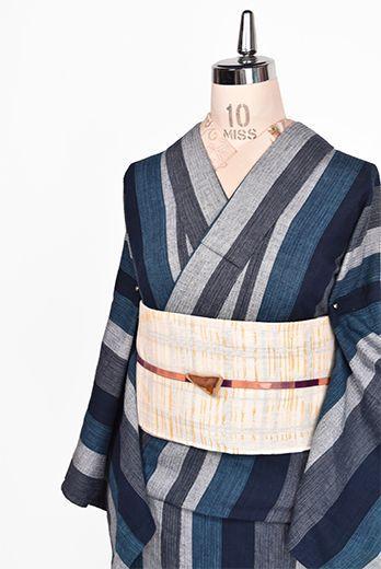清流のように涼やかな藍の濃淡美しく大胆な縞模様が織りだされた阿波しじらと思われる木綿の単着物です。
