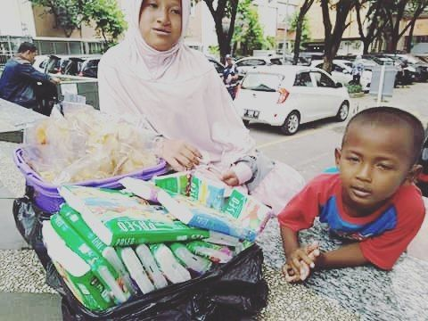 """""""Ibu Tidak Mengajarkan kami Mengemis.."""" . Dua kakak adik ini anak yatim Diana dan Rahmat. Diana kelas 6 SD dan Rahmat baru kelas 1. Setiap hari keduanya terlihat jualan kripik dan tissue di halaman masjid alumni IPB di sebelah Botani Square.  Mereka tinggal di daerah Pancasan Bogor. Ayahnya sudah lama meninggal ibunya membuat kripik dan kue-kue selain dijajakan oleh anaknya dititipkan pula ke warung-warung sekitar rumah.  Setiap hari Diana dan Rahmat berjualan dari selepas dzuhur hingga bada…"""