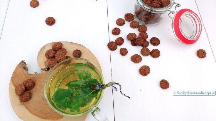 De koolhydraatarme kruidnootjes zijn crunchy als je ze een tijdje laat uitharden. Er zitten maar weinig ingrediënten in en het is een heel simpel recept.