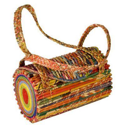 Hoy os traemos una selección de bolsos, todos ellos elaborados con papel, unas veces de periódico, otras de revistas y otras de cartón. Bo...