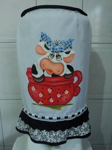 Capa para galão de água de 20 litros,feito em tecido tergal e pintura em tecido,com barrado em tecido estampado 100% algodão e bordado inglês. R$ 41,44