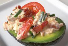 Fyldt avocado – Med cremet mousse af tun, æg, bacon, tomat og purløg