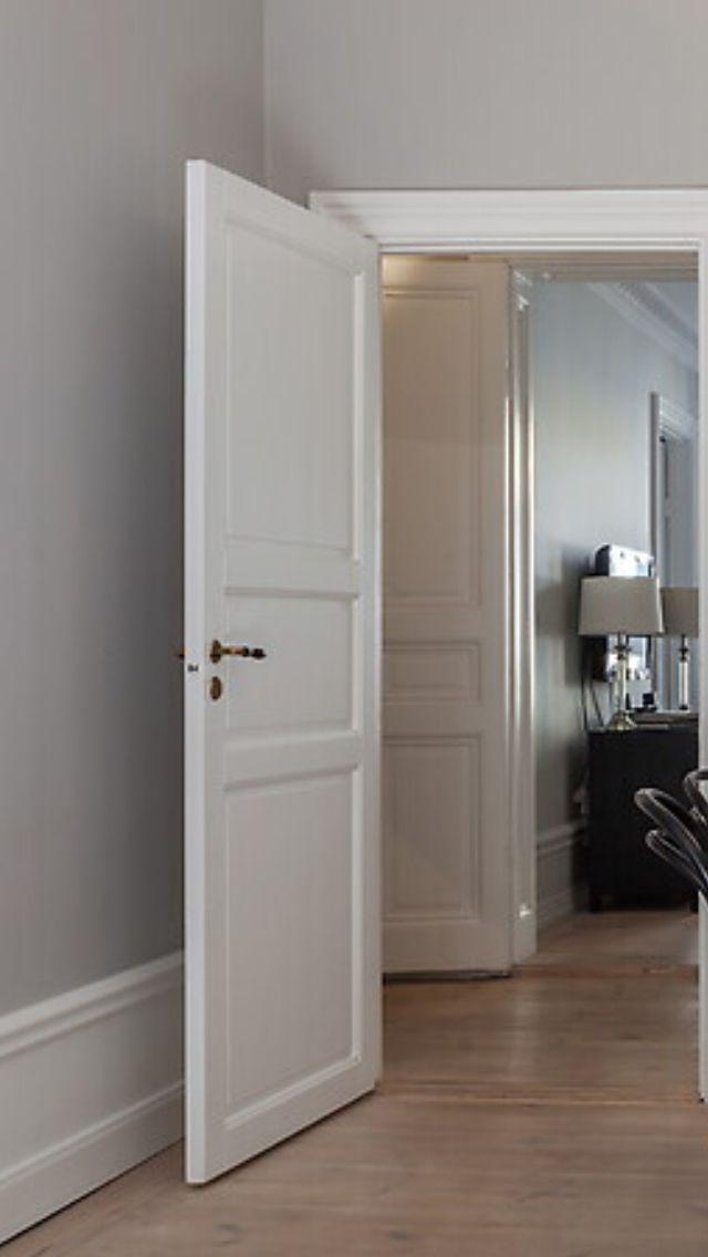Enkel dörr sekelskifte grått