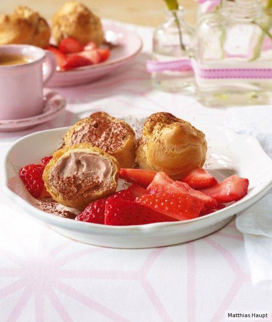 Wow – was für ein Dessert! Die Mini-Windbeutel sind mit Schokosahne gefüllt und angefroren, dazu gibt's frische Erdbeeren.