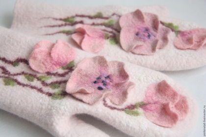 Купить или заказать Варежки 'Цветочные' 2. в интернет-магазине на Ярмарке Мастеров. Оригинальные валяные варежки с объемным цельноваляным цветочным рисунком. Нежные, теплые, красивые. Сваляны из мериносовой шерсти. Сделайте теплый подарок своим ручкам).