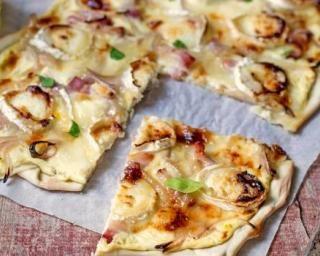 Flammekueche ou tarte flambée au chèvre : http://www.fourchette-et-bikini.fr/recettes/recettes-minceur/flammekueche-ou-tarte-flambee-au-chevre.html