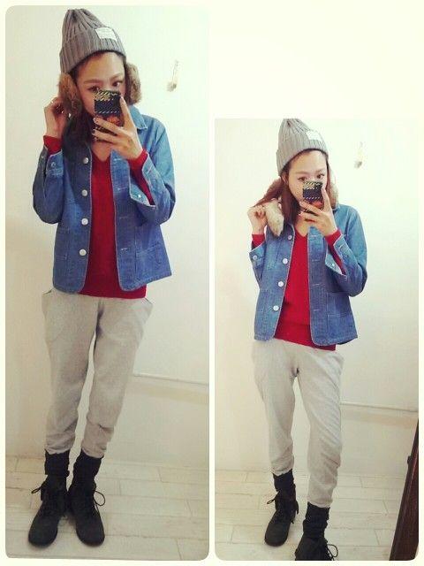 カジュアル楽々style.. ♡ スウェットパンツに赤ニット. size感がお気に入りのデニムjacketはアウター感覚にも着れちゃうから春にも出番増えそう((o(^∇^)o)) SALE で春にも使えるよitemgetが嬉しい時期 ♡ ・tops → Ray classic ・pants→ANTRE ( 前item) ・jacket→ANTRE ・ shoes → SLY ・ knit hat → ANTRE