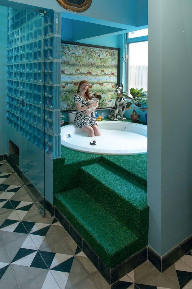 Banheiro azul com banheira e parede de cobogós