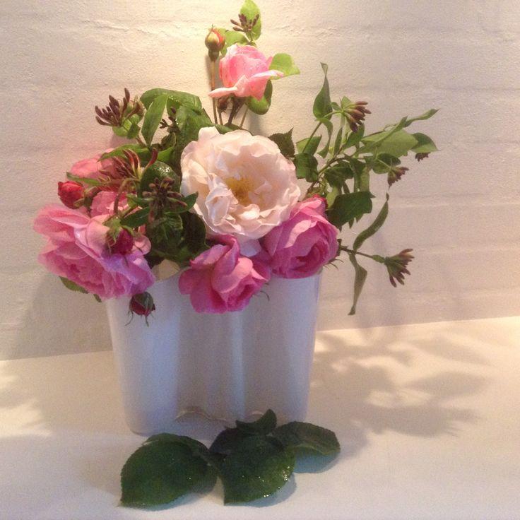 Juni og juli - pluk roser og kaprifoliegrene - arranger dem i Aaltovasen