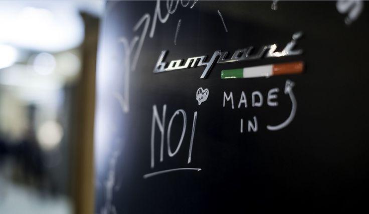 #Frigorifero #Scrivimi in esposizione nella zona #Cersail di #Cersaie2016. La sua speciale superficie simile all'#Ardesia permette di scriverci sopra con particolari pennarelli al #gesso o con i gessetti colorati.   #Cersaie #Bompani #architettura #Frigoriferi #Design #arredamento #MadeInItaly #black #nero #blackboard #lavagna