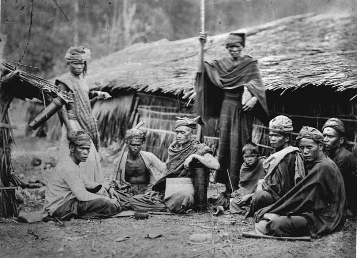 Sejarawan Belanda Van Heine  mengatakan bahwa sejak 2000 SM yang bersamaan dengan zaman Neolitikum sampai dengan tahun 500 SM yang ber...