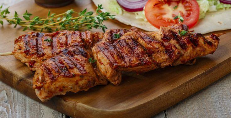 El tradicional sabor a adobado ahora se hace sentir más delicioso en un filete de Pollo Rey Marinados, en la estufa o en la parrilla, simplemente delicioso.