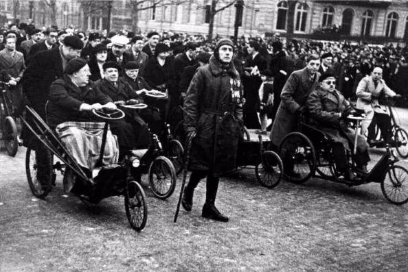 Robert Capa. París, 11 de noviembre de 1956. Veteranos de la I Guerra Mundial en el Día del Armisticio, desfile conmemorativo del aniversario del fin de la guerra.