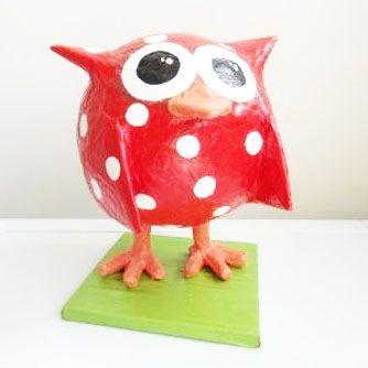 Rode uil van papier maché