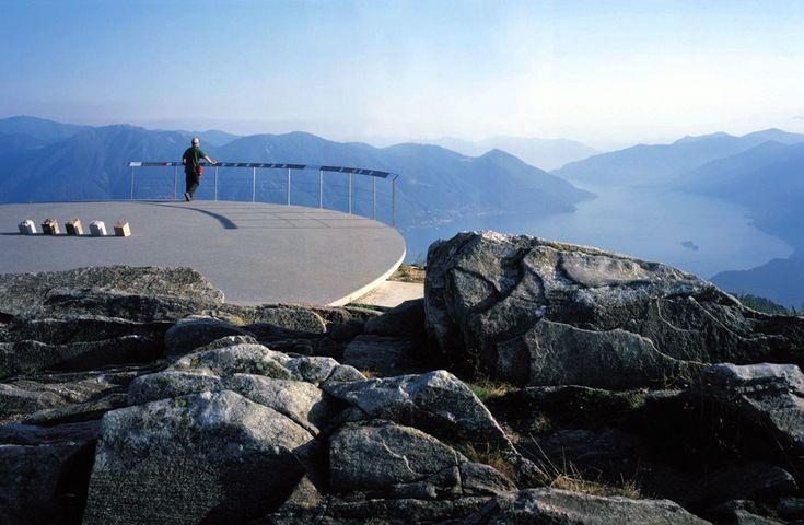 MIRADOR DE CARDADA, CIMETTI (SUIZA) / PAOLO L. BURGI. Las montañas, el agua, el bosque. El arquitecto suizo Paolo L. Burgi fue el responsabl...