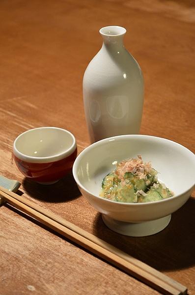 【きゅうりの白味噌和え】お鍋の前の軽い一杯。白味噌の優しい味をお燗とともに。  今日のお酒は奈良の「春鹿」です。