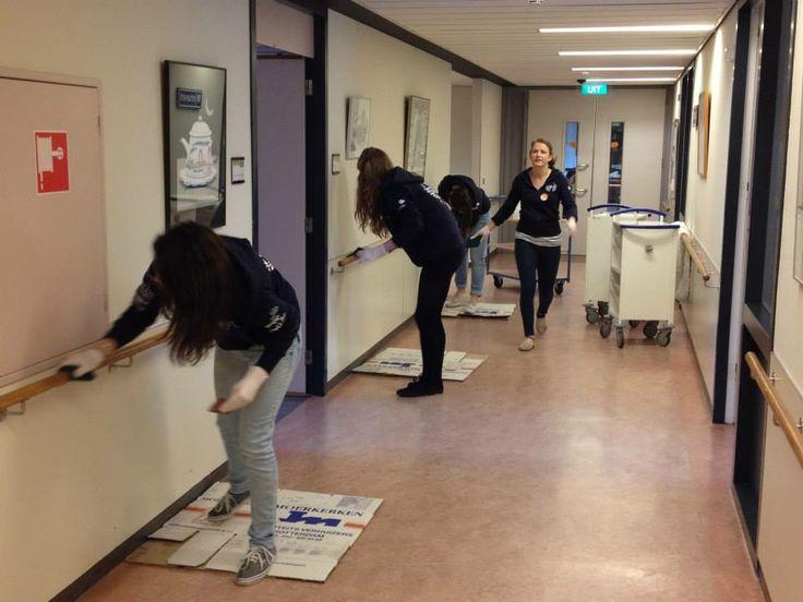 Aafje - Leuningen schuren door EUR-studenten. Er wordt hard gewerkt!