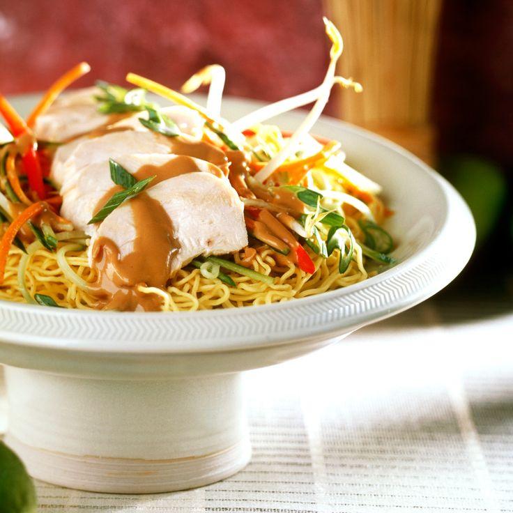 Un piatto che viene da molto lontano... Ma per evitare che nel viaggio si freddi, forse è meglio che ve lo prepariate a casa: Ramen di pollo, ecco la ricetta!    #LeIdeeDiAIA #AIA #Ramen #Noodle #Noodles #pollo #cucina #ricette #ricettario #primi #cucinaorientale #yum #yummy #food #foodie