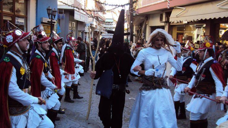 Η Εύξεινος Λέσχη Βέροιας στα πλαίσια των εορταστικών εκδηλώσεων που πραγματοποιεί κάθε χρόνο, θα αναβιώσει το πανάρχαιο έθιμο των Μωμόγερων. Την Κυριακή 27 Δεκεμβρίου 2015 από τις 11 το πρωί, τα Μωμοέρια θα γυρνούν στους δρόμους και στα σοκάκια της πόλης παρουσιάζοντας το δρώμενο αυτούσιο και με τον παραδοσιακό τρόπο όπως ακριβώς το μετέφεραν οι πρόγονοί μας από τον Πόντο.