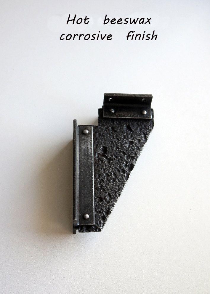 Ici je vous présente un nouveau design! Vraiment très résistant en fer forgé plateau corbeaux. Style industriel, aspect rustique qui fera une grande addition à votre maison! Cette conception peut supporter assez lourds. Il est aussi availibale en petite taille.  Je n'utilise que des techniques traditionnelles de forge dans mes œuvres ce qui rend le look contemporain. Pas de soudure et etc.  Dimensions des supports standard : 3 « x 3 » 3 « x 4 » 4 « x 4 » 4 « x 5 » 5 « x 5 » 5 « x 6 » 5 « x…