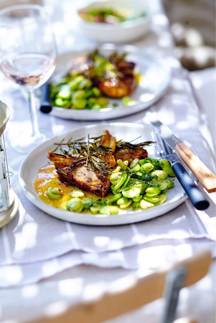 Recette : côtes d'agneau au miel et à l'huile safranée, salade de fèves à la menthe. Un plat équilibré et original qui plaira à toute la famille !
