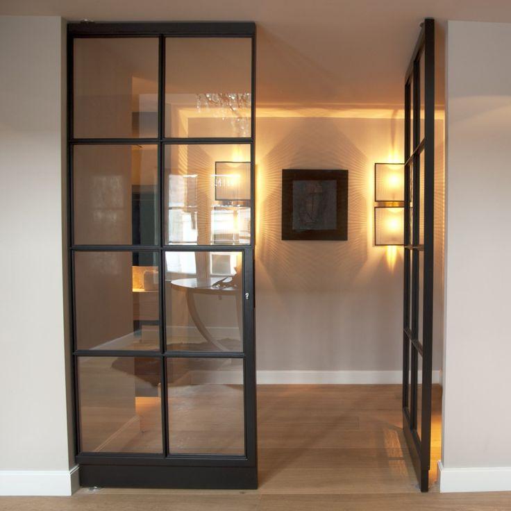 Een stalen dubbele deur van SGD is een tijdloos stijlelement in iedere woning. De uitvoeringsmogelijkheden zijn eindeloos. Uitvoerbaar als taatsdeur, draaideur ( scharnierdeur ) of als schuifdeur. Met vlakverdelingen naar wens.