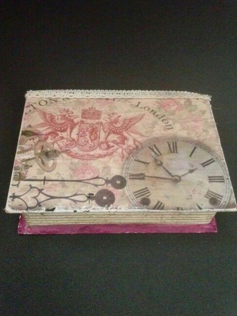 Una caja libro muy elegante con papeles.