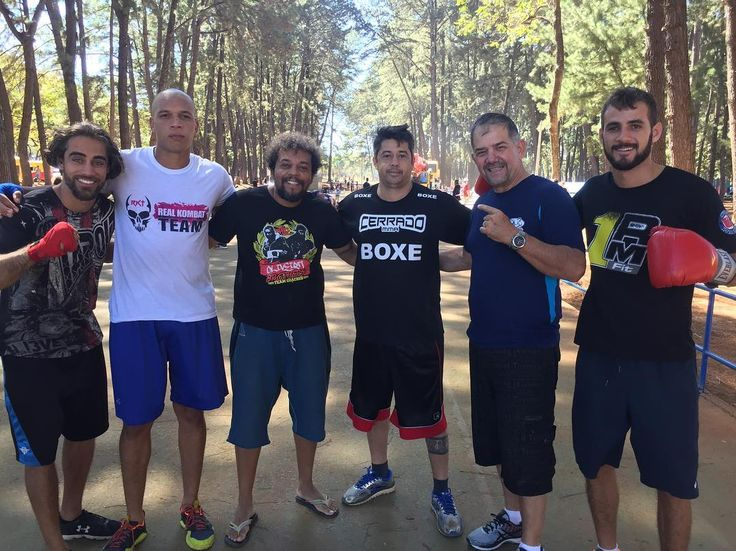 O treino hoje foi aos comandos do técnico cubano e amigo Paco Garcia, dia especial para todos nós do boxe de rua! Agradecer ao meu amigo @deoliveira_coach por fortalecer nosso projeto! 🏆🏆🏆 #boxederua #boxing #bsb #brasilia #pacogarcia #gabrieldeoliveira #parquedacidade #cuba #boxecubano