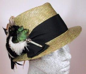 Dirndlhut aus Schilf-Strohborte mit schwarzem Band / Federn