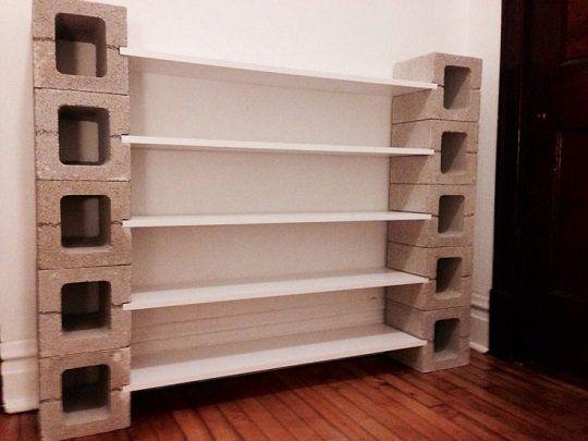 Mueble con repisas elaborado sencillamente con dos módulos laterales de blocks de cemento a los cuales se les hace una ranura para insertar el tablón de madera que servirá como estante.