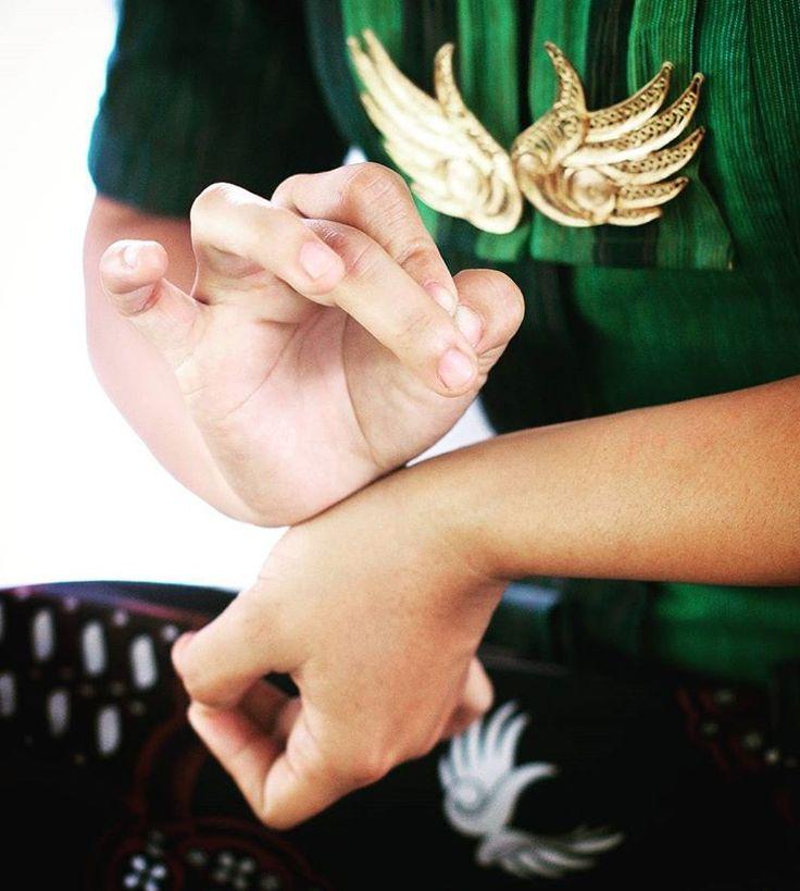 """""""Daya Rasa"""" ~ Seni perawatan Jawa Kuno yang memadukan ritual dan gerak Tarian Jawa dipadu dengan sentuhan halusnya Sutera disertai hangatnya minyak pijat pada titik - titik energi.  Nurkadhatyan SPA Jl.Laksda Adisucipto No.81 Yogyakarta (0274) - 4331437/4331438 WA: 08812605660 Web: www.nurkadhatyanspa.com  #yogyakarta #yogya #jogjakarta #jogja #spa #spajawa #ritual #nurkhadhatyanspa #jawakuno #puterikeraton #keraton #keratonyogyakarta #tradisional #tradisionalspa #spaindonesia #indonesia"""